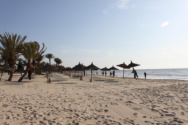 La période insurrectionnelle a été très courte en Tunisie. Cependant de nombreux touristes ont décidé de ne pas se rendre dans le pays cette année, ou de reporter leur voyage suivant ainsi les alertes touristiques publiées par plusieurs gouvernements (à l'exception notable de la France) - DR : A.B.