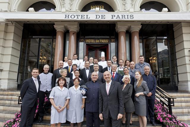 Luca Allegri, directeur des Opérations Hôtels, Spas & Resort du groupe Monte-Carlo SBM entouré des représentants des différents corps de métiers de l'Hôtel de Paris - DR : Realis