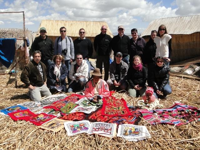 Groupe sur les Iles Uros du Lac Titicaca - DR
