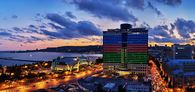 Le Hilton Baku offre une vue sur 25 étages sur le paysage urbain de Bakou - DR : Hilton