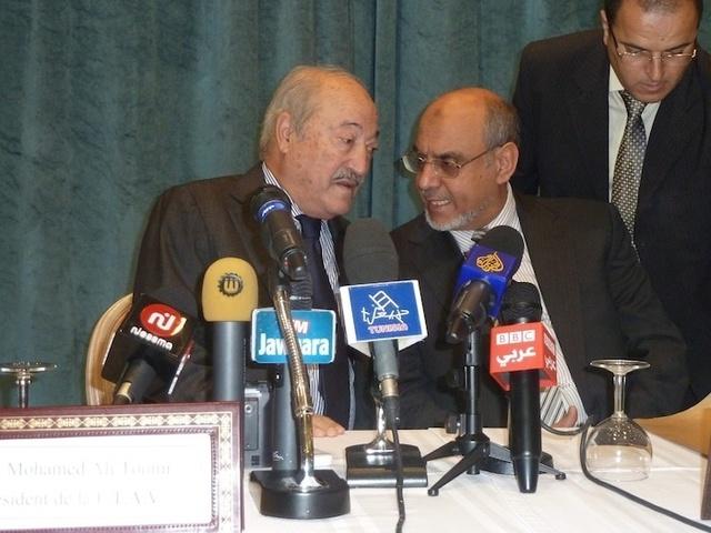 A la tribune, Hamadi Jebali, futur premier ministre (à droite) et Mohamed Belajouza président de la Fédération tunisienne de l'hôtellerie. - Photo DR MS.