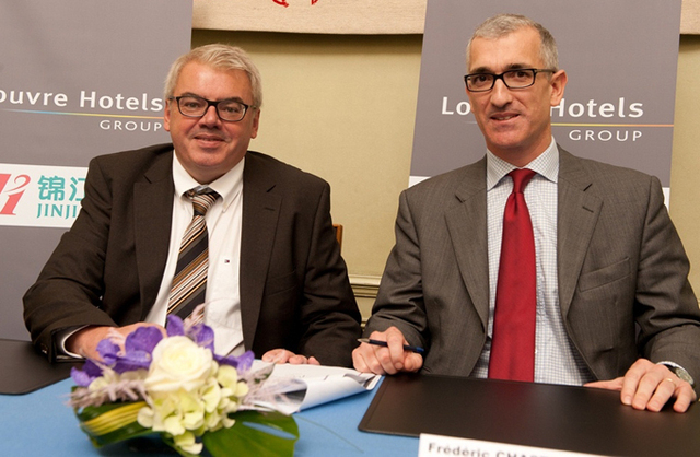 Louvre Hotels Group signe un partenariat avec Jin Jiang Inn Co., Ltd pour favoriser le développement du tourisme hôtelier entre la France et la Chine. Ici, Pierre-Frédéric Roulot Président de Louvre Hotels Group (à gauche) et Frédéric Chastenet de Gery, du Cabinet de Frédéric Lefebvre ministre en charge du tourisme - DR : M.S.