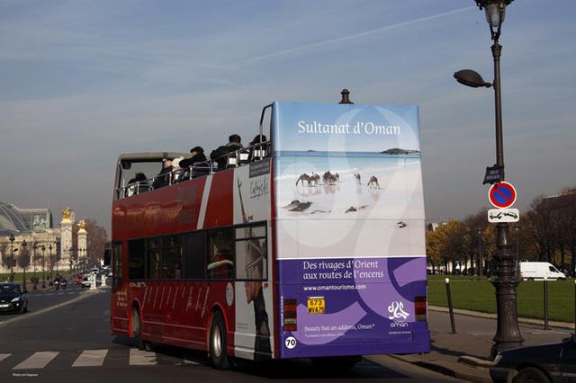 Oman sera présent pendant 14 jours (jusqu'au 5 décembre) sur l'arrière des Cars Rouges parisiens. Photo DR