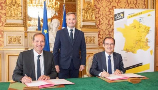 Jean-Baptiste Lemoyne, Secrétaire d'État auprès du ministre de l'Europe et des Affaires étrangères, Christian Prudhomme, Directeur du Tour de France chez A.S.O. et Christian Mantei, Président de Atout France lors de la signature de la convention - DR