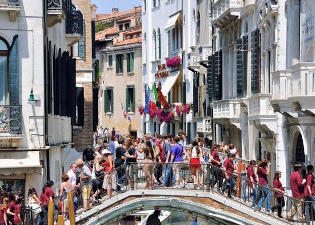 Venise, par exemple, est depuis fort longtemps sursaturée par les touristes qui errent principalement sur la place des Doges et ses abords proches - Auteur MadrugadaVerde
