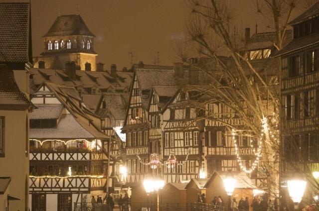 Le marché de Noël de Strasbourg  Strasbourg (Christkindelsmärik en alsacien) est le plus ancien et le plus visité de France.