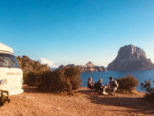 Dénichée dans les années 60 par les hippies, Ibiza a su exploiter l'image de cette jeunesse en quête d'hédonisme et de liberté. Ici, un pique nique dans une crique rejointe en combi Volkswagen - DR : J.-P. C.