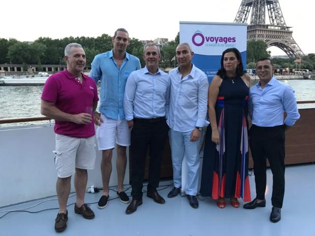 Au pied de la Tour Eiffel, Camille Lacourt et Brahim Asloum étaient aux côtés de Raouf Benslimane, président d'Ôvoyages, pour présenter à la presse le concept des semaines d'immersion sportives avec des athlètes de haut niveau - DR : S.H.D.