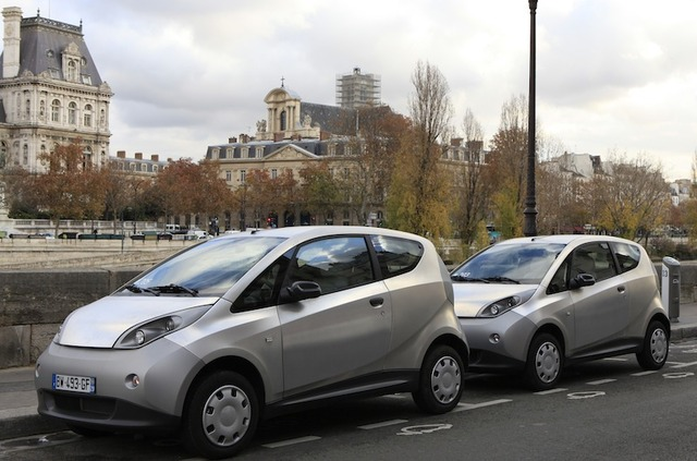 Deux voitures électriques Bluecar attendent leurs conducteurs.©Henri Garat/Mairie de Paris