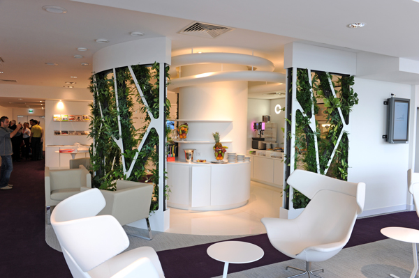 Désormais, le salon Corsair se trouve en zone sous douane. Très lumineux, divisé en petits espaces « cosy » et confortables, le voyageur dispose de tout ce qu'il faut avant d'entamer un vol lointain - DR Corsair
