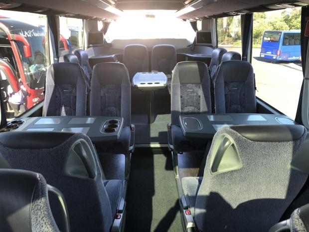 """Le nouvel autocar de 14 mètres de long pour 44 sièges dispose d'un toit en verre panoramique et d'un confort """"digne d'une classe business d'une belle compagnie aérienne"""", selon le groupe - DR : NAP Tourisme"""