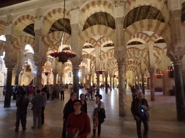 Dans la Mezquita, une impressionnante forêt de colonnes de granit, reliées entre elles par deux niveaux d'arcs de pierres rouges et blanches. Les variations de lumière procurent, à chaque instant, une atmosphère différente - DR : J.B.