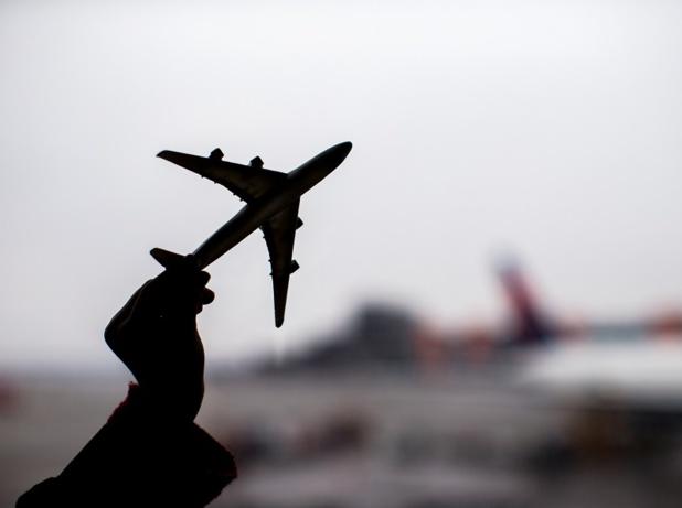 Il ressort donc de ce jugement ainsi que de l'affaire Wegener contre Royal Air Maroc que lorsqu'un voyage débute dans un aéroport de l'Union Européenne et comprend ensuite une escale intermédiaire, si le passager subit un retard à l'arrivée de plus de 3 heures, alors que ce retard est imputable à la seconde compagnie non communautaire - Depositphotos.com d.travnikov