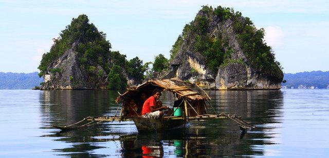 Une famille sur une barque se prépare pour la pêche. ©(Anggun Nugraha/www.indonesia.travel)