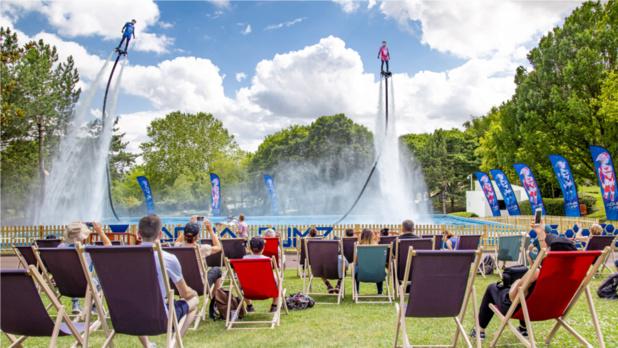 Aquajump, un show ascensionnel d'une vingtaine de minutes, offre aux spectateurs une évolution de type flyboard au-dessus d'une piscine, où les 2 performers peuvent monter jusqu'à 15 mètres de haut - DR : Futuroscope