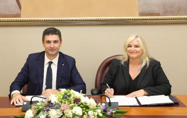 Signature du protocole d'accord entre la ville de Dubrovnik et CLIA. Gauche à droite : Mato Franković, maire de Dubrovnik et  Kelly Craighead, Présidente-directrice générale de l'association CLIA - DR
