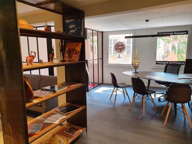 Le réseau a fait appel à une décoratrice d'intérieur pour aménager l'espace, dans des tons beige, marron et gris. Un travail a également été réalisé sur le parcours client - DR : LK Tours