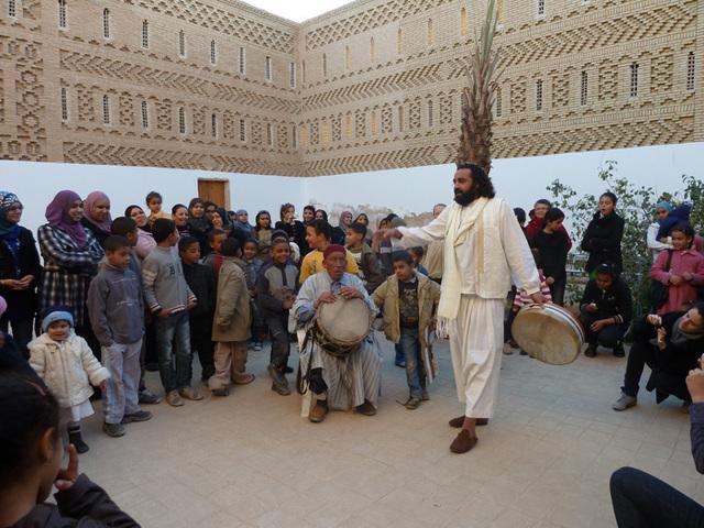 A Tozeur, très populaire,  le festival des oasis se célèbre aussi dans les rues de la vieille ville avec des conteurs, des chanteurs et des musciens.. Photo MS