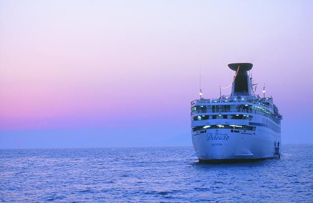 Le Princess Danae, navire de NDS Voyages, quitte le port de Marseille jeudi 12 janvier 2012 pour réaliser un tour du monde de 127 jours - Photo NDS Voyages