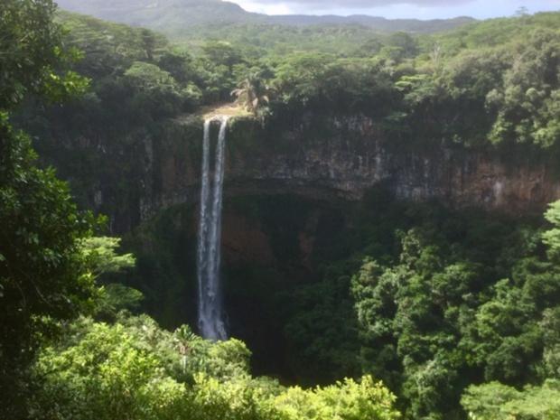 « La terre de 7 couleurs », avec son impressionnante cascade, a fait la réputation du village Chamarel et de sa rhumerie - DR : J.-P.C.