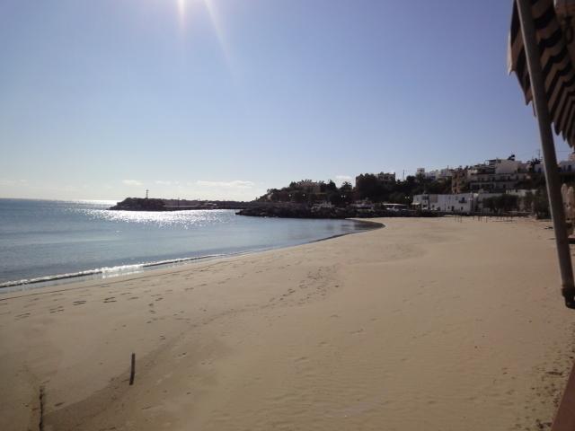 La plage déserte devant mon bungalow. Tout devient léger et j'ai remisé la montre dans la valise. Elle m'est bien inutile... - Photo DR