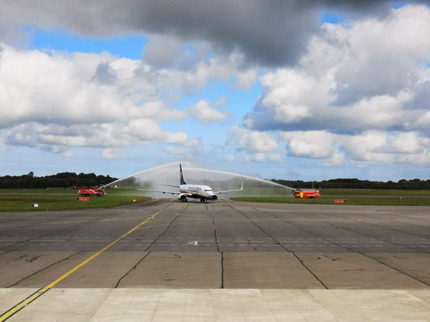 """Le Boeing de Ryanair a été """"baptisé"""" par des gerbes d'eau des camions de pompiers de l'aéroport - DR : ABO"""