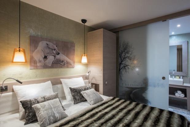 Dans les appartements « Exception », équipés de sauna et cheminée, la salle de bains design est ouverte sur l'espace nuit de la suite parentale - DR : P&V
