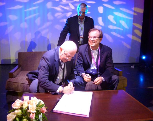 Sous l'oeil de Georges Colson, président du SNAV, Raoul Nabet président de l'APST et Christian Mantei directeur général d'Atout France signent à Marrakech un protocole de partenariat - DR : M.SANI