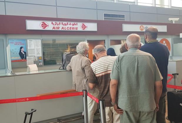 Le comptoir d'Air Algérie fait le plein. Les passagers espèrent trouver des billets pas trop chers pour remplacer leur voyage annulé - DR : CE