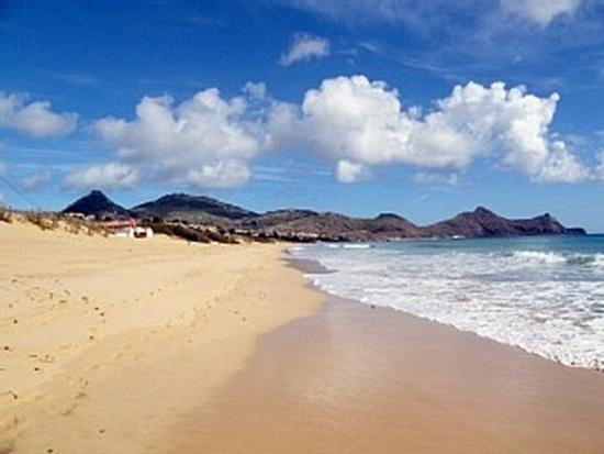 Porto Santo est une île d'origine volcanique de 42 kilomètres carrés avec 4 000 habitants, une plage de sable doré de 7 kilomètres de long où se sont installés quelques hôtels de charme, un terrain de golf impressionnant ,connu principalement de la clientèle britannique./photo dr