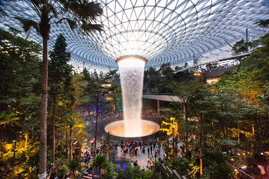 """Dans le nouveau complexe """"Jewel"""" à l'aéroport de Changi se trouve le Rain vortex, une cascade de 40 mètres de haut - DR : Singapore Tourism Board"""