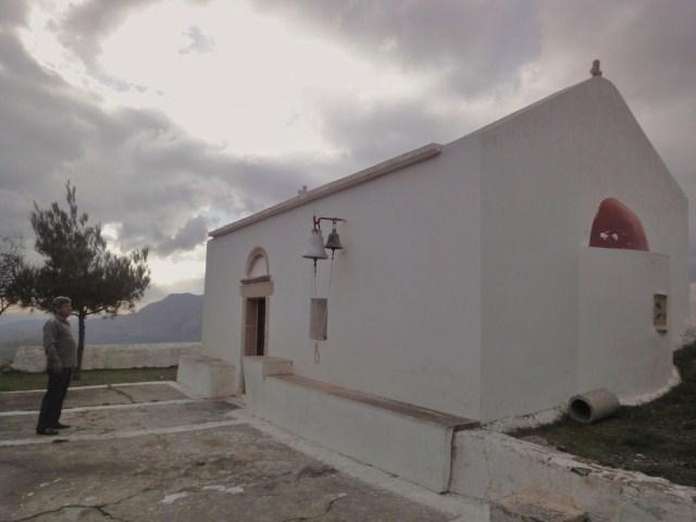 Epaminondas devant son église, où il aime réunir sa famille - Photo DR