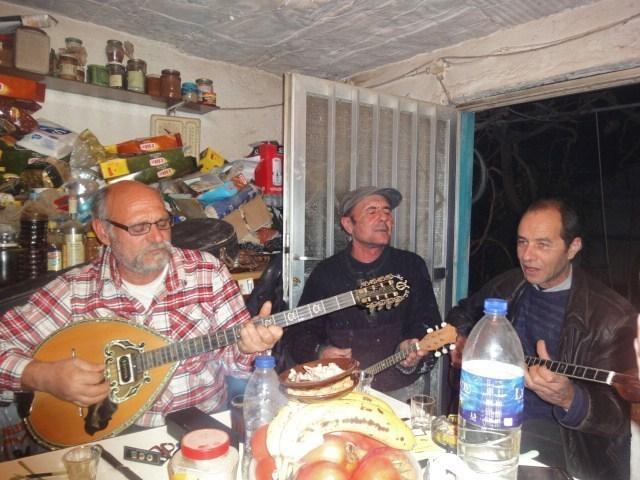 Sortis de je ne sais où, apparaissent miraculeusement trois bouzoukis et c'est parti! - Photo DR
