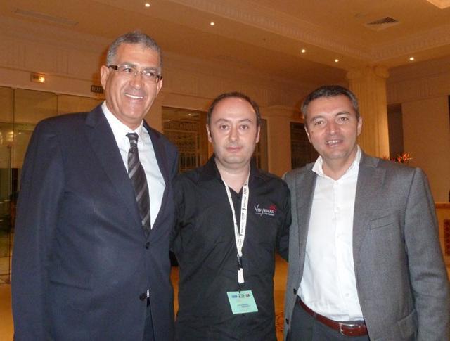 Laurent Abitbol (au centre) lors du dernier congrès d'AS Voyages en Tunisie avec à gche Slim Zgal, propriétaire de la chaîne Thalassa Hotels et Ali Miaoui directeur général de Tunisair. - Photo DR MS
