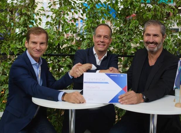 Sébastien Guyot, directeur des ventes entreprises et agences pour le marché France chez Air France-KLM entouré de Nicolas Brumelot et Carlos Da Silva co-fondateurs de Misterfly - Photo