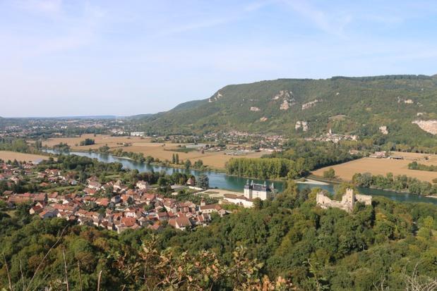 Le village de Vertrieu, à l'extrême pointe de l'Isle Crémieu, ramassé au bord du fleuve, toise le Bugey avec ses deux châteaux, le « Vieux » et le « Neuf » - DR : J.-F.R.