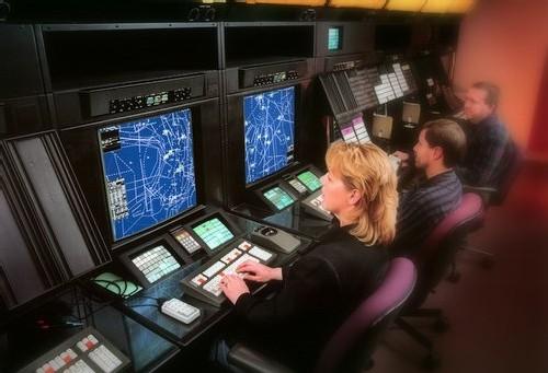 Le contrôleur aérien doit être en parfaite condition physique et psychique. Il travaille en horaires décalés, le contrôle aérien fonctionnant de jour comme de nuit, 7 jours sur 7, 24 heures sur 24