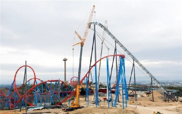 La plus haute montagne russe d'Europe, le Shambala, est actuellement en construction à Port Aventura - Photo DR
