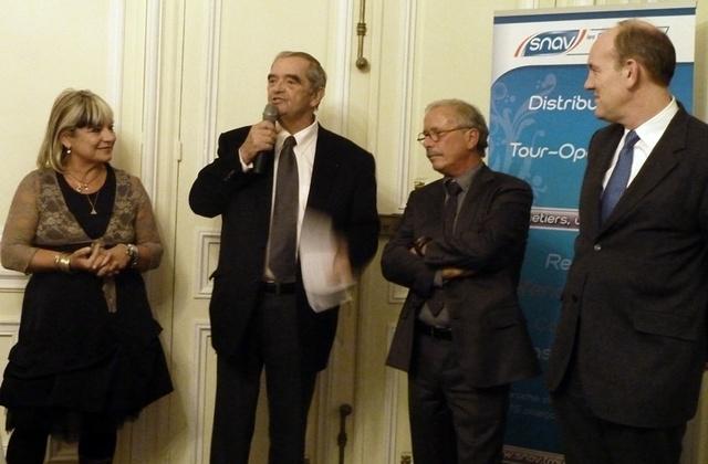 Christian Orofino entouré de son épouse, de Georges Colson président du SNAV et de Daniel Fasquelle député-maire du Touquet Paris-Plage./photo M.S.
