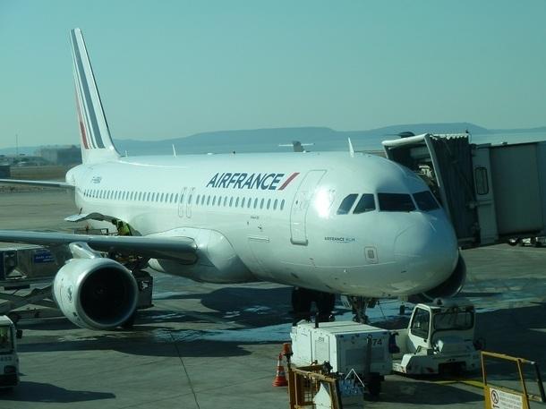 Dans ce comparatif avec les dessertes du terminal voisin, le low fare Air France qui ne mérite pas le qualificatif low cost, survole littéralement et surclasse du cockpit et des ailes la concurrence.