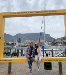 Florence Mol en Afrique du Sud en octobre 2019, à l'occasion d'un voyage de 15 jours avec une cliente. Ici, sur le Waterfront à Cape Town avec Table Mountains en toile de fond - DR : Travel No Limits