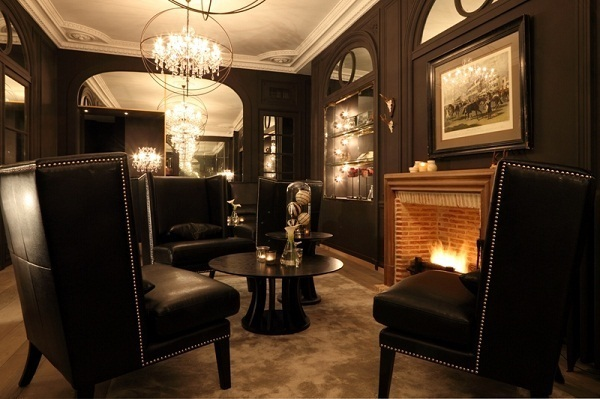 Une cheminée a été ajoutée au hall afin de créer une ambiance plus chaleureuse - Photo Groupe NewHotel