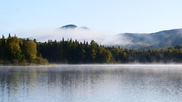 La brume matinale du lac au chat © Laurie Medina