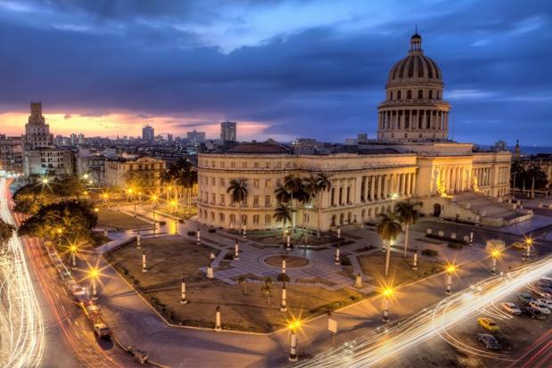 La Havane de nuit : La capitale aux mille colonnes et aux palais lézardés reste la plus belle et une des plus riches de l'histoire des Caraïbes - Photo JPC