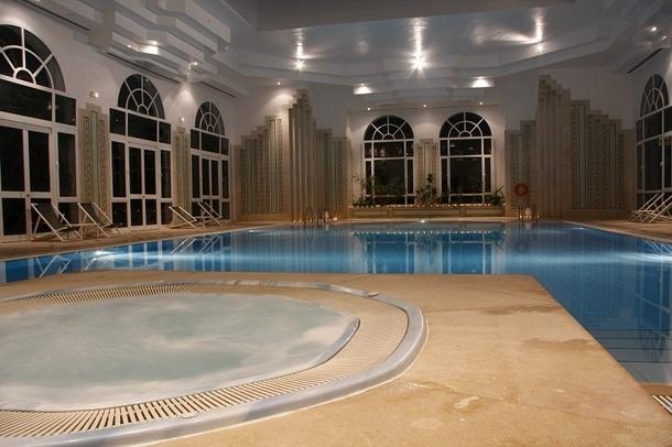 L'établissement propose un centre de relaxation qui accueille une piscine couverte - Photo DR