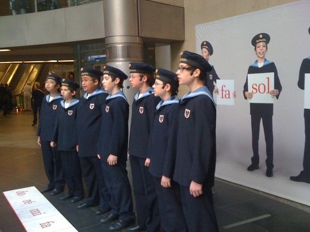 Les Petits Chanteurs de Vienne font entendre leur voix à la station de métro Saint-Lazare depuis le 21 mars 2012 - Photo S.L