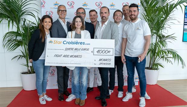 Les équipes de Fight Aids et de STARCROISIERES.COM lors de la remise officielle du chèque des dons récoltés