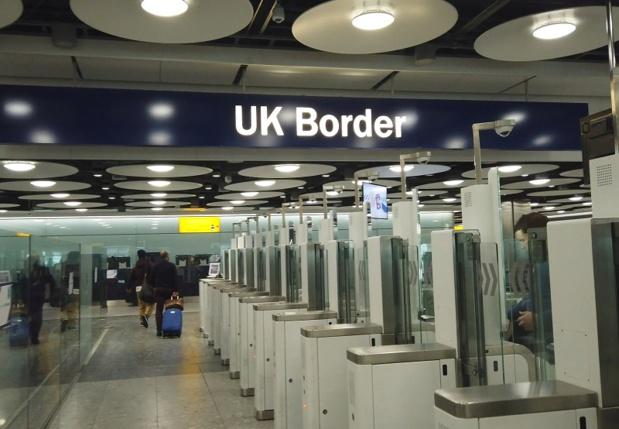 Actuellement, les voyageurs en provenance d'Europe ont besoin, au choix, d'une carte d'identité ou d'un passeport valide pour entrer au Royaume-Uni - DR : DepositPhotos, InkDropCreative