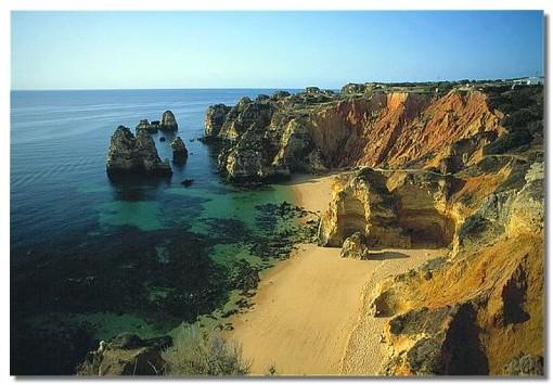Les splendides plages du sud du Portugal attirent de plus en plus les Français