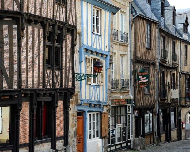 La cité Plantagênet invite à baguenauder. Elle s'étend sur une vingtaine d'hectares de ruelles pavées avec, tout autour, une centaine de maisons en pans de bois construites pour la plupart au XV et XVIe siècles - DR : tourisme et patrimoine